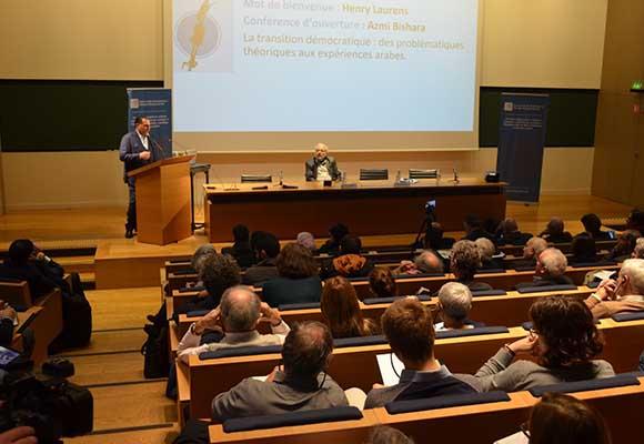 الدكتور عزمي بشارة خلال تقديمه محاضرة افتتاحية في مؤتمر المركز بباريس