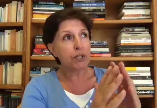 إليزابيت كساب معقبة على ورقة مشروع الطالبة