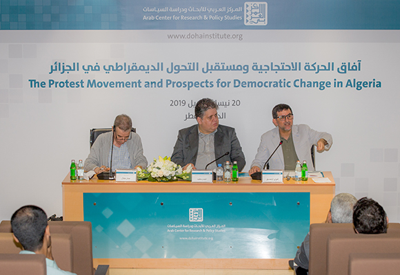 فوزي أوصديق متحدثا خلال الجلسة الثانية والتي ترأسها حيدر سعيد (وسط) وشارك فيها عمار جفال (يسار)